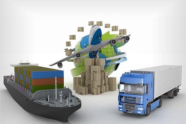 Kartonske škatle okoli sveta, tovorne ladje, tovornjaka in letala. Koncept spletnih naročil blaga po vsem svetu.