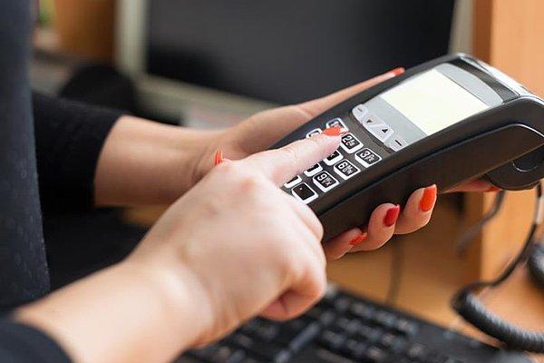 Ženska plačuje s kreditno kartico v knjigarni.