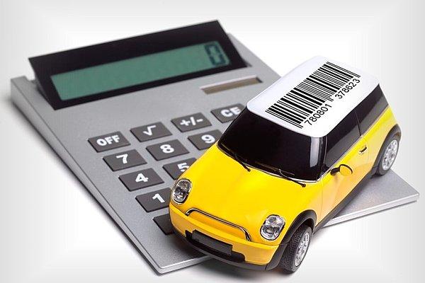 Na tipkovnici kalkulatorja je model avtomobilčka.