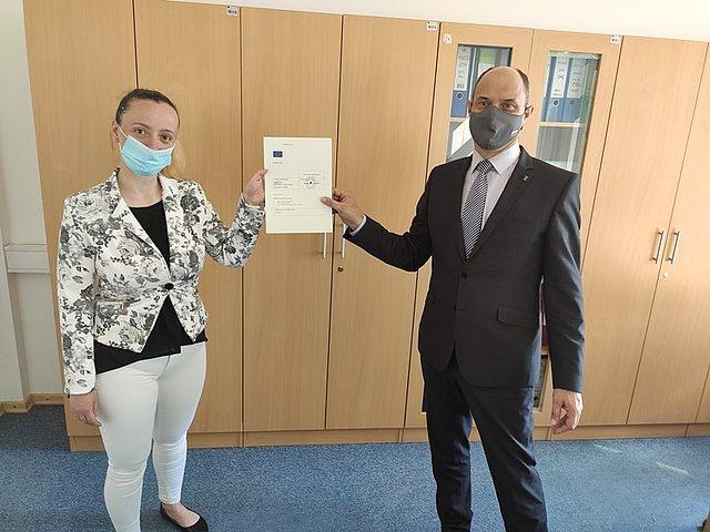 Na sliki je direktor FU Novo mesto mag. Milan Kelher in prokuristka družbe ENSIGNE d.o.o. gospa Adrijani Kavečič.