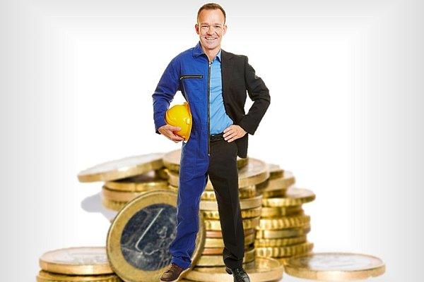Moški, polovico oblečen kot delavec, polovico kot poslovodja. V ozadju kup eurokovancev.